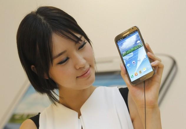 Modelo demonstra o Galaxy Note 2, da Samsung, em Seoul (Lee Jae-Won - 26.set.2012/Reuters)