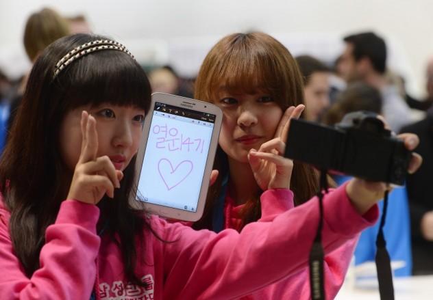 Visitantes tiram foto com o Galaxy Note 8, da Samsung, no Mobile World Congress, em Barcelona (Manu Fernandez/Associated Press)