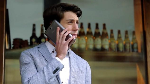 Ator usa Fonepad como telefone em vídeo promocional da Asus (Reprodução)