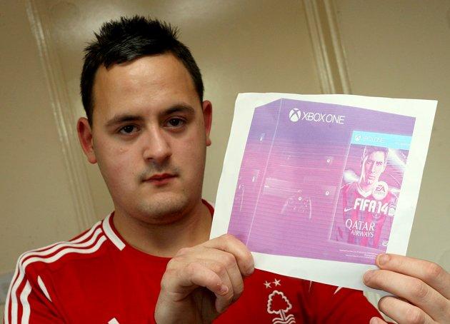 O inglês Peter Clatworthy, 19, mostra foto do Xbox One, comprada por engano no Ebay