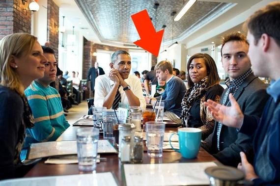 """Editor da """"The Atlantic"""", discretamente apontado pela seta vermelha,  do lado de encontro de Obama com jovens assessores (Pete Souza / Casa Branca)"""