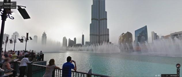 Visitantes observando atração turística em Dubai (foto: reprodução)